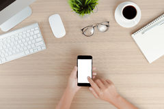 Вручите телефону пользы передвижной белый экран на взгляде столешницы работы Стоковое фото RF