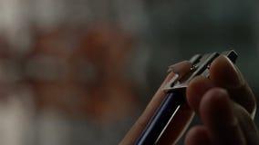 Вручите точить карандаш цвета, деревянную таблицу shavings, кризис идей, творение видеоматериал