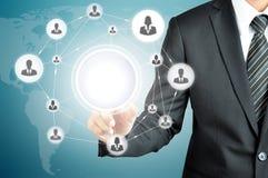 Вручите указывать к сети значка предпринимателей на виртуальном экране Стоковые Изображения RF