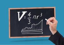 Вручите уровнения математики сочинительства на классн классном с мелом Стоковое Изображение RF