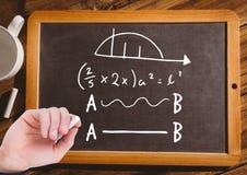 Вручите уровнения математики сочинительства на классн классном с мелом Стоковые Изображения RF