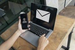 Вручите чернь владением с значком на экране и пошлите массаж с lapt стоковые изображения rf