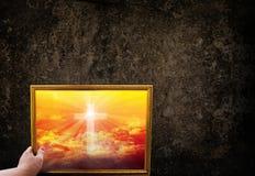 Вручите ofcrucifix или cros картинной рамки владением на золотом небе на dar Стоковое фото RF