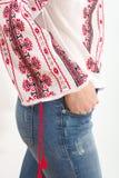 Вручную вышитая традиционная румынская блузка - romaneasca ie стоковая фотография