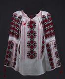 Вручную вышитая традиционная румынская блузка - romaneasca ie стоковые фото