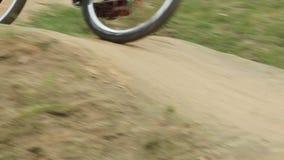 2 всадника на цикле участвуют в гонке, состязание закручивая колес, след углов акции видеоматериалы