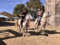 Всадники лошади около chappel Barro во время праздненства Сан Breixo стоковые фотографии rf