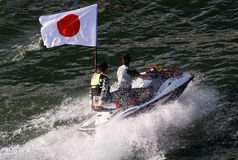 Всадники лыжи двигателя с японским флагом стоковая фотография rf