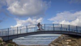 Всадник велосипеда на мосте Стоковые Фотографии RF