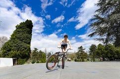 Всадник велосипеда Bmx делает фокусы в парке на самых интересных Стоковое Изображение RF