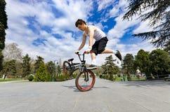 Всадник велосипеда BMX делая фокус пока скачущ высоко Стоковое Изображение RF