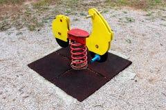 Всадник весны мотоцикла внешнего общественного оборудования спортивной площадки деревянный винтажный смотря Стоковое Изображение RF