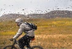 Всадник горного велосипеда в дожде Стоковые Изображения