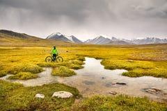 Всадник горного велосипеда стоковое изображение rf