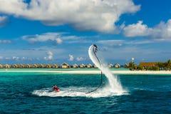 Всадник доски мухы делая фокус и имея потеху в голубом море Весьма предпосылка спорта стоковые изображения