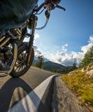 Всадник мотоцикла управляя в Альпах Стоковые Фото