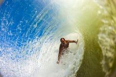 Всадник прибоя внутри полой волны Стоковая Фотография RF
