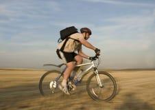 всадник 2 велосипедов стоковая фотография