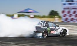 Всадник Dmytro Illyuk на бренде Nissan автомобиля преодолевает след Стоковое Фото