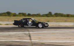 Всадник Nikolay Volkov на бренде Nissan автомобиля преодолевает trac Стоковое Изображение RF