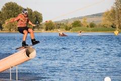 Всадник wakeboarding в парке Merkur бодрствования кабеля Стоковое фото RF