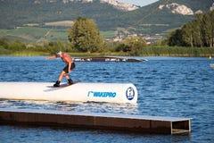 Всадник wakeboarding в парке Merkur бодрствования кабеля Стоковые Изображения RF