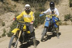 2 всадника велосипеда грязи на их внедорожных мотоциклах Стоковое фото RF