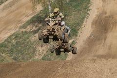2 всадника квада скачут позади Стоковое Фото