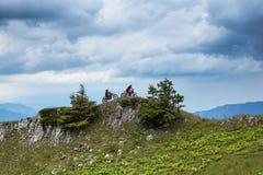 2 всадника мотора перекрестных na górze горы Стоковые Изображения