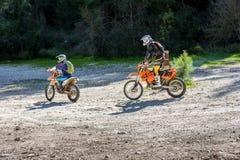 2 всадника на спорт велосипед катание вдоль проселочной дороги в лесе, Израиль Стоковое Изображение
