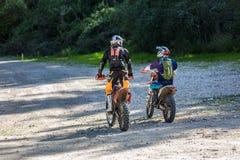 2 всадника на спорт велосипед катание вдоль проселочной дороги в лесе, Израиль Стоковое фото RF