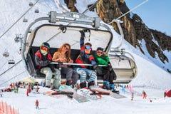 4 всадника сноуборда делая потеху на подъеме стула Стоковое фото RF