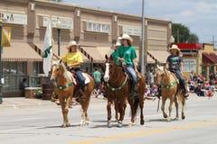 3 всадника спины лошади в параде в маленьком городе Америке Стоковое Фото