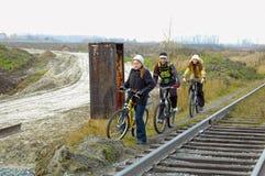 Всадники велосипеда идут вдоль железной дороги Стоковое Изображение