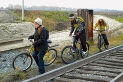 Всадники велосипеда идут вдоль железной дороги Стоковое Изображение RF