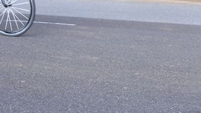 Всадники велосипеда на улице сток-видео