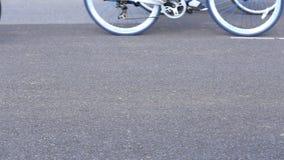 Всадники велосипеда на улице видеоматериал