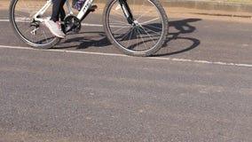 Всадники велосипеда на улице акции видеоматериалы