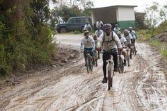 Всадники горного велосипеда в дожде в Андах Стоковые Фотографии RF