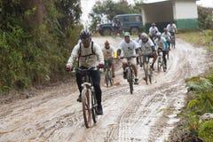 Всадники горного велосипеда в дожде в Андах Стоковые Изображения RF