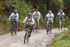 Всадники горного велосипеда в дожде в Андах Стоковые Изображения