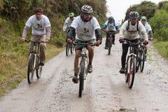 Всадники горного велосипеда в дожде в Андах Стоковое Изображение