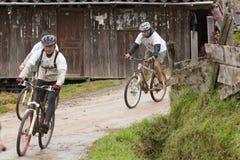 Всадники горного велосипеда в дожде в Андах Стоковая Фотография