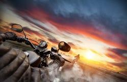 Всадники мотоцилк управляя к панораме городского пейзажа Стоковая Фотография