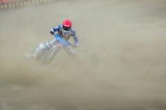 Всадники скоростной дороги на следе - Мартин Vaculik в пыли перед падает вниз Стоковая Фотография RF