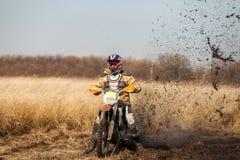 Всадник велосипеда Enduro в поле в осени Стоковое Изображение