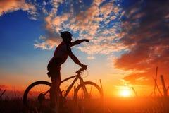 Всадник в действии на встрече горного велосипеда фристайла Стоковое Фото