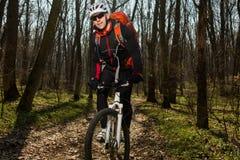 Всадник в действии на встрече горного велосипеда фристайла Стоковые Изображения RF