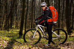 Всадник в действии на встрече горного велосипеда фристайла Стоковые Фотографии RF