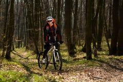 Всадник в действии на встрече горного велосипеда фристайла Стоковая Фотография
